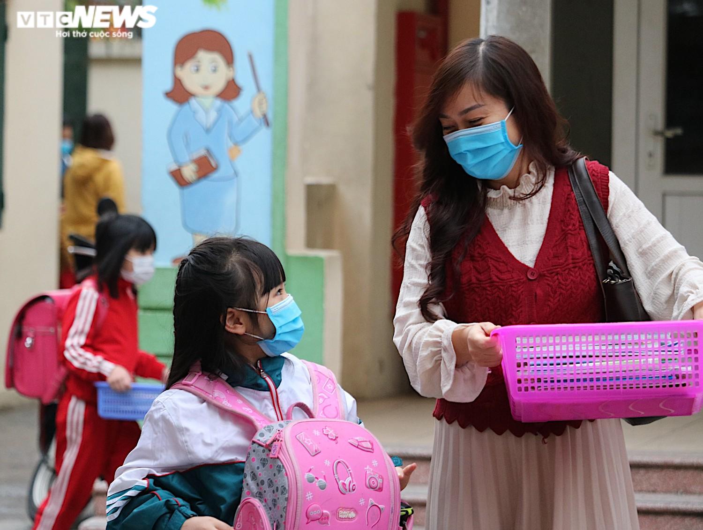 Học sinh Hà Nội hào hứng nhận lì xì ở buổi học đầu tiên sau nghỉ Tết - 3
