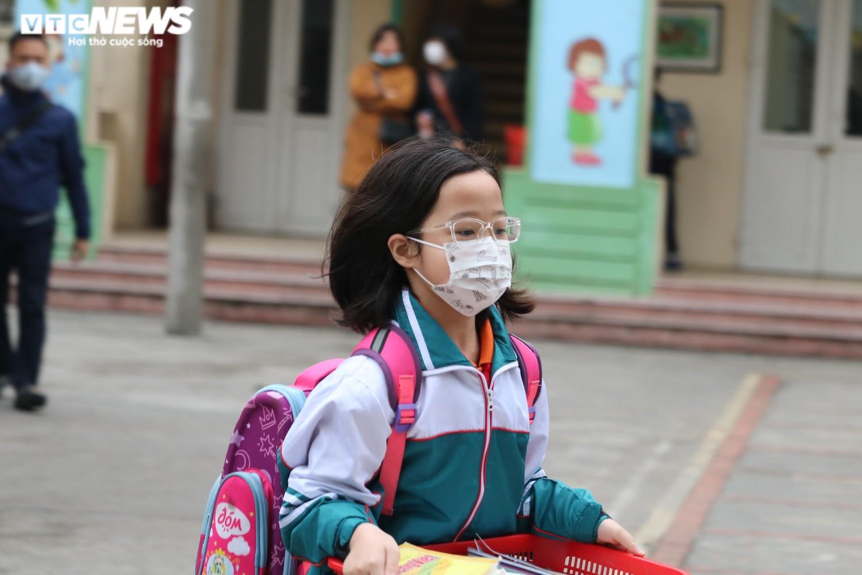 Học sinh Hà Nội hào hứng nhận lì xì ở buổi học đầu tiên sau nghỉ Tết - 12