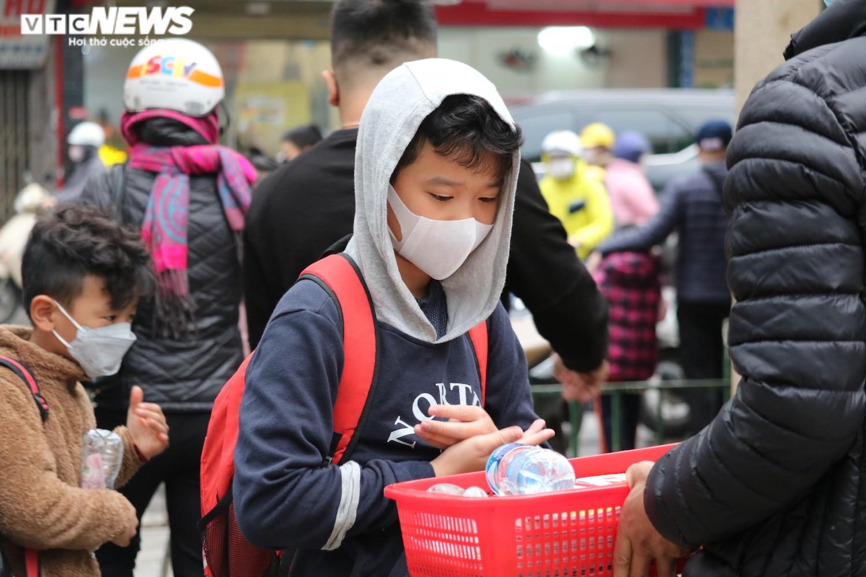 Học sinh Hà Nội hào hứng nhận lì xì ở buổi học đầu tiên sau nghỉ Tết - 11