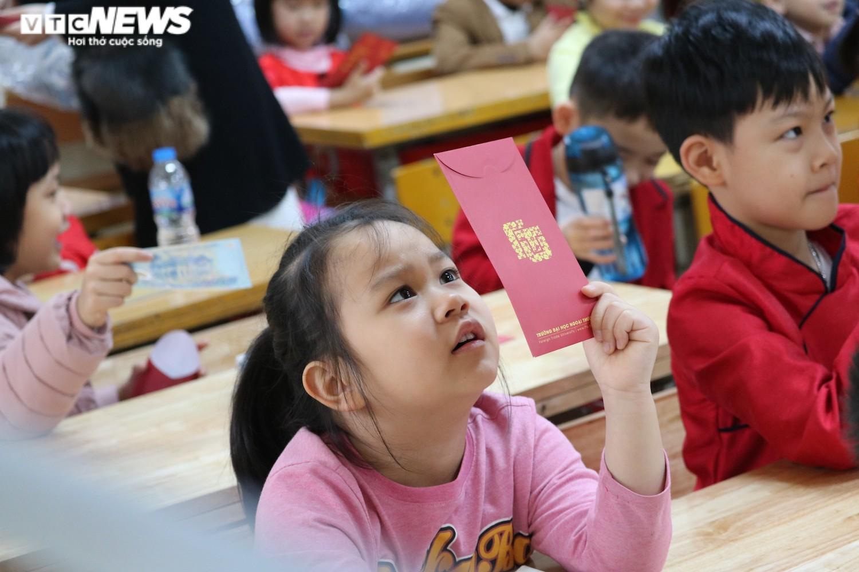 Học sinh Hà Nội hào hứng nhận lì xì ở buổi học đầu tiên sau nghỉ Tết - 7