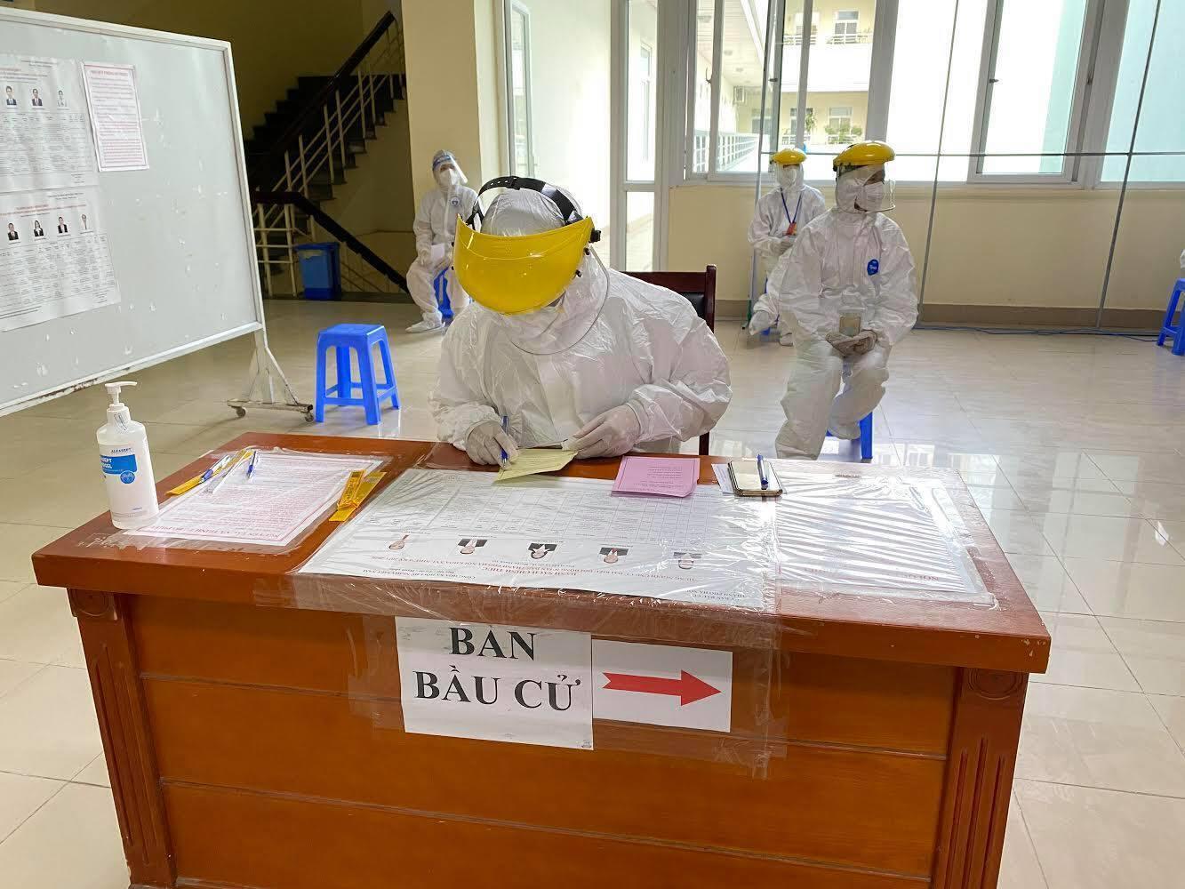 Gần 3.000 cử tri tham gia bỏ phiếu tại hai tâm dịch đặc biệt ở Hà Nội - 9